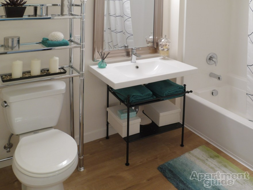 Creative Arrange The Towels In Your Bathroom (View 2 of 10)