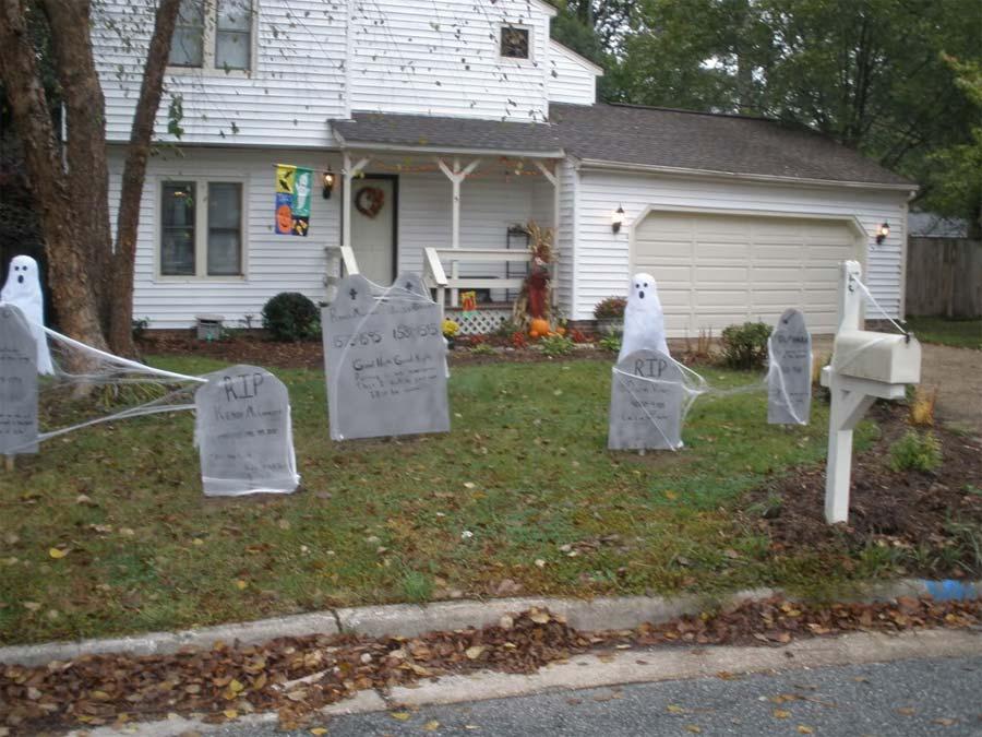 Backyard Halloween Decoration Ideas (Image 1 of 10)