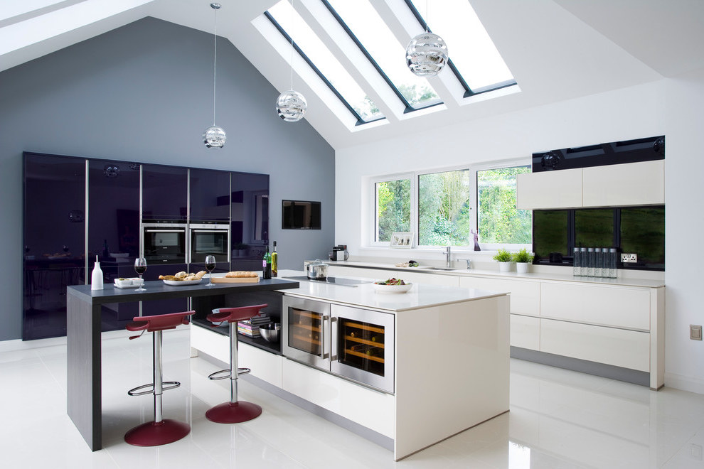 Cozy Futuristic Kitchen Design With Breakfast Bar (Image 4 of 21)