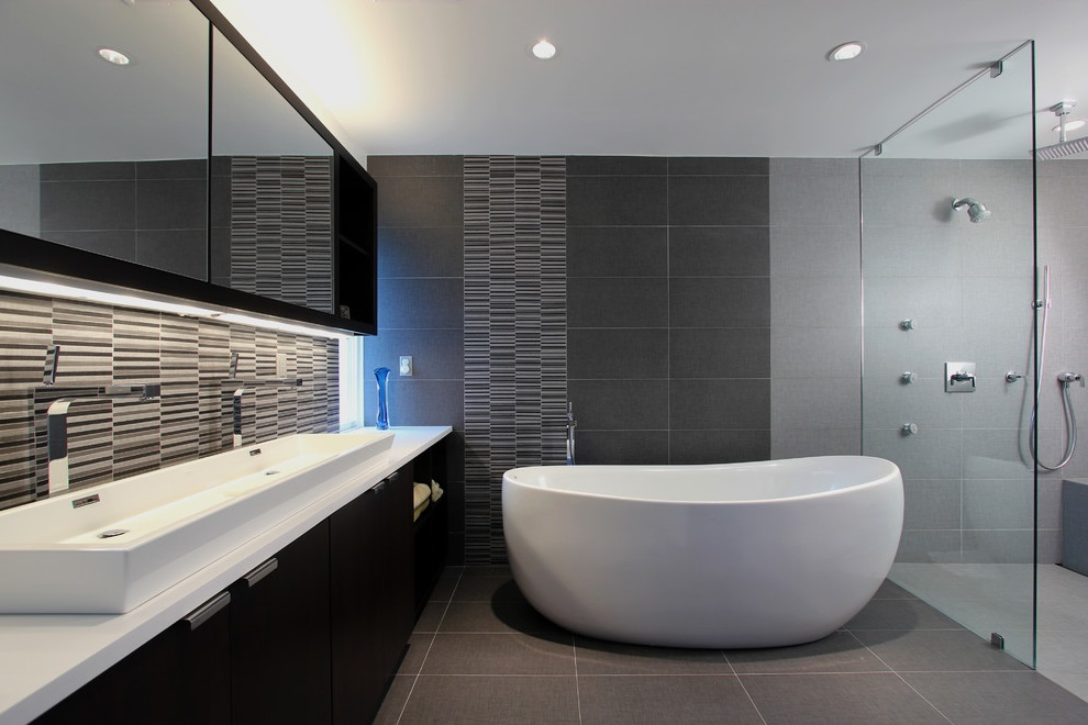 Gray Modern bathroom with a Freestanding Tub