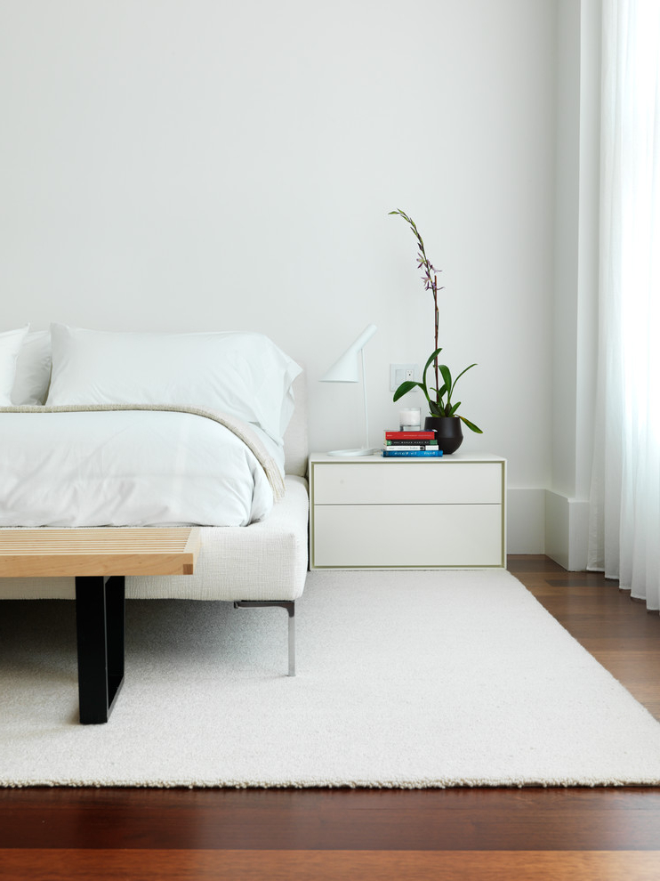 Minimalist White Bedroom Decoration (View 20 of 22)