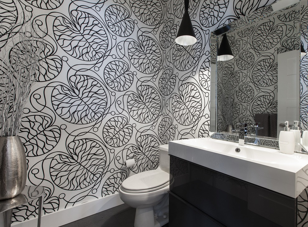 Fantastic Black-White Bathroom with Flooral Wall Decor