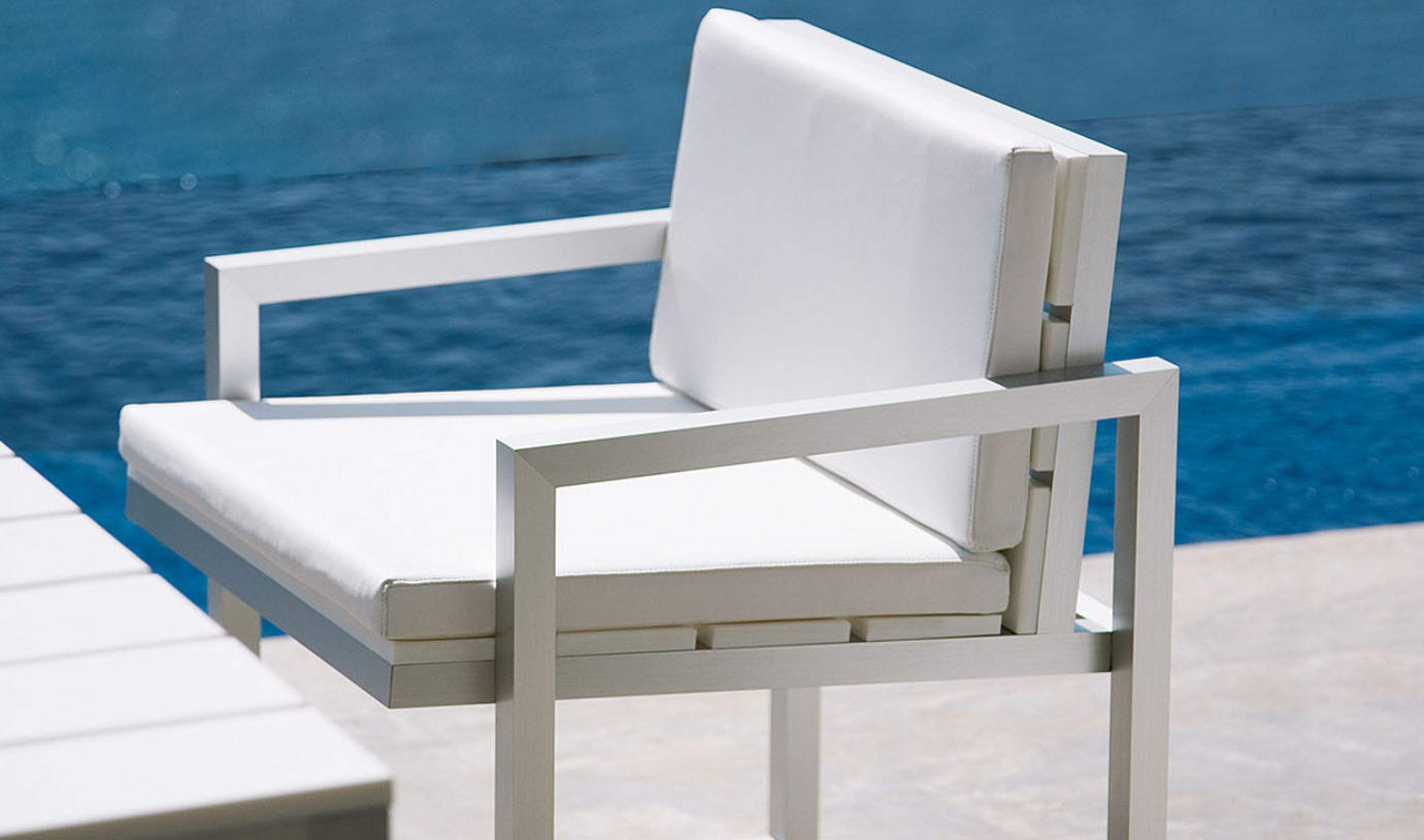 Lovely Modern Outdoor Dining Design Idea With White Dining Chair With White Seat Cushion Nice Modern Outdoor Dining Design Ideas (View 12 of 20)