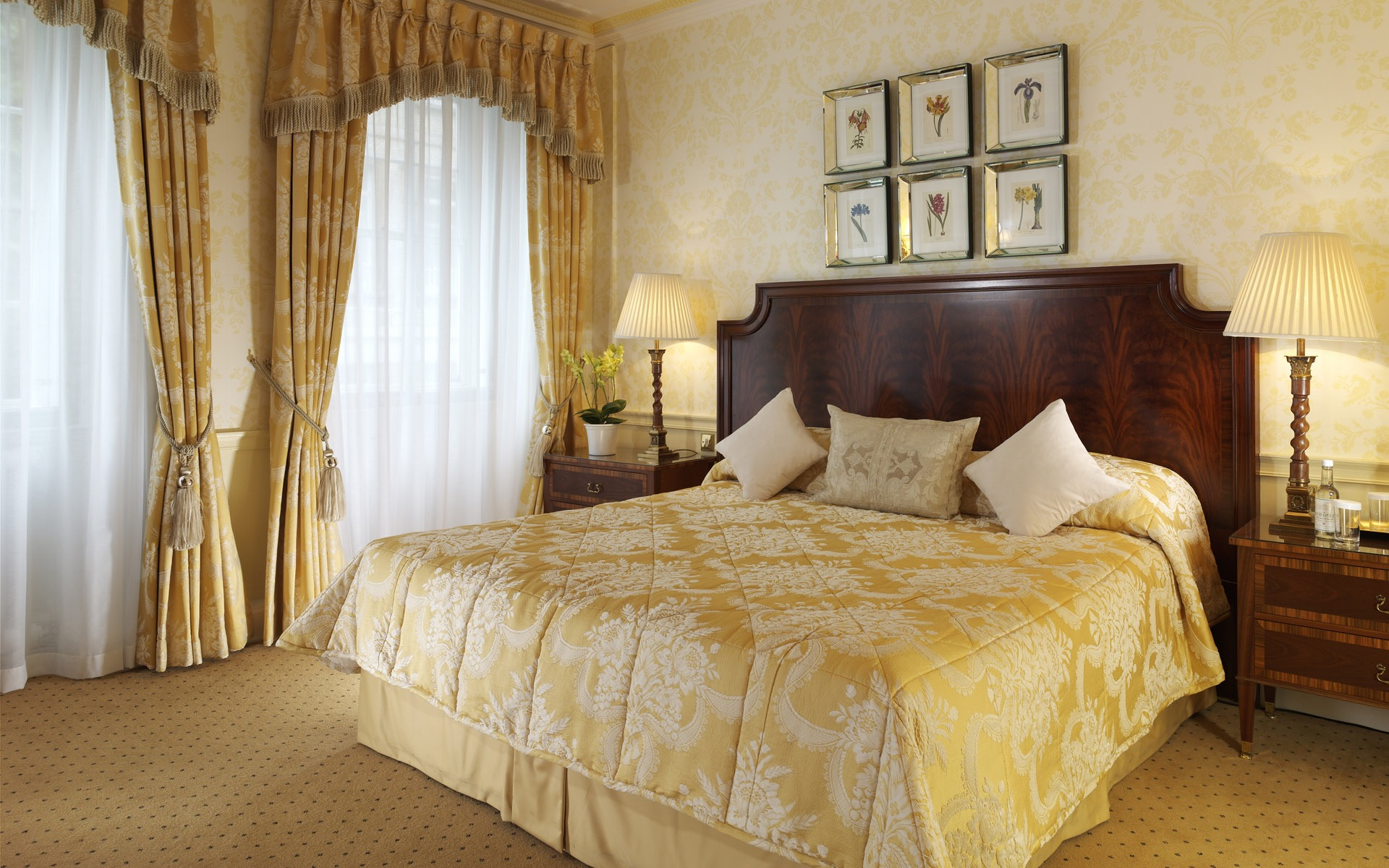 Classic Bedroom With Gorgeous Lace Curtains Decor (Image 5 of 20)