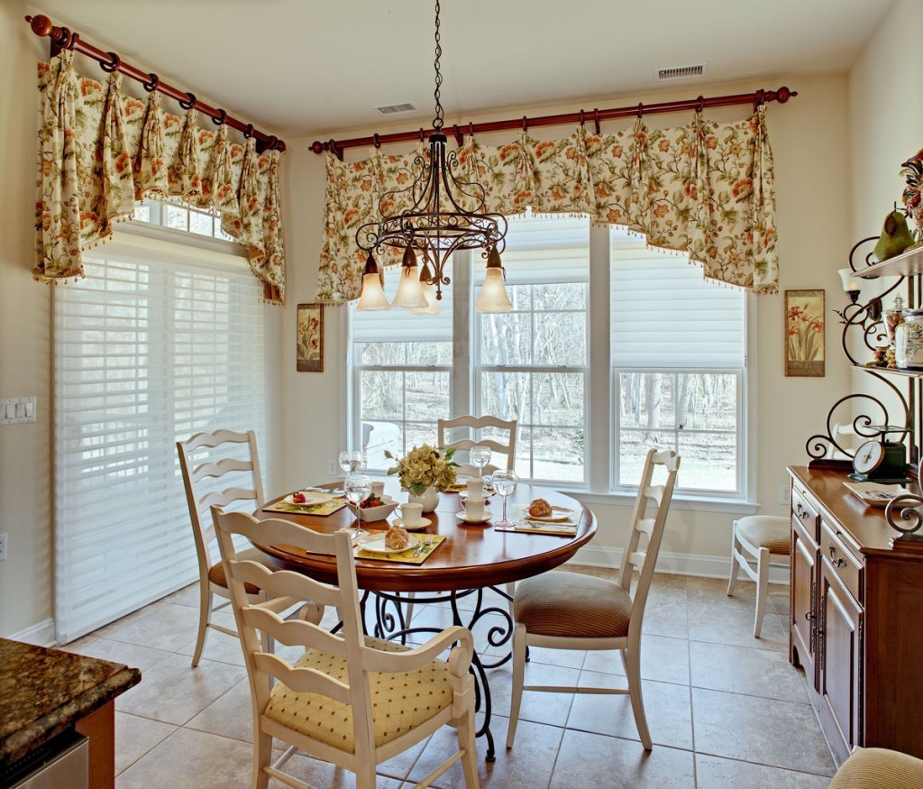 Small Dining Room Windows Curtains With Floral Decorations (View 11 of 12)