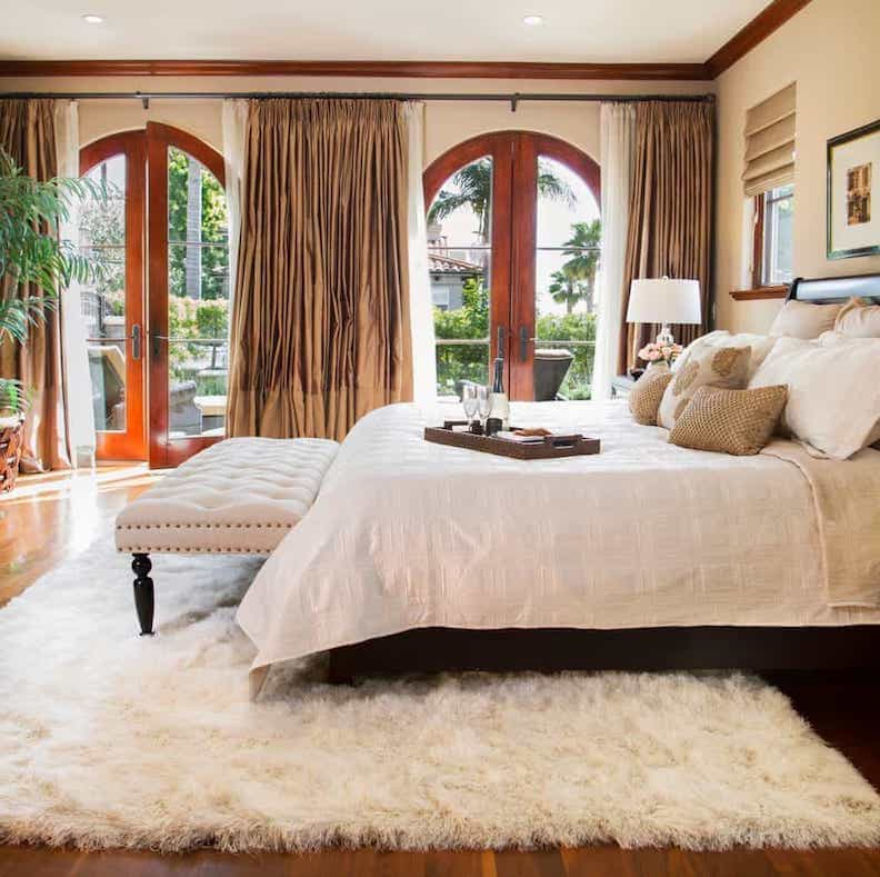 Ivory Flokati Rug Bedroom Mediterranean With Silk Curtains King Size Canopy Beds (View 9 of 10)