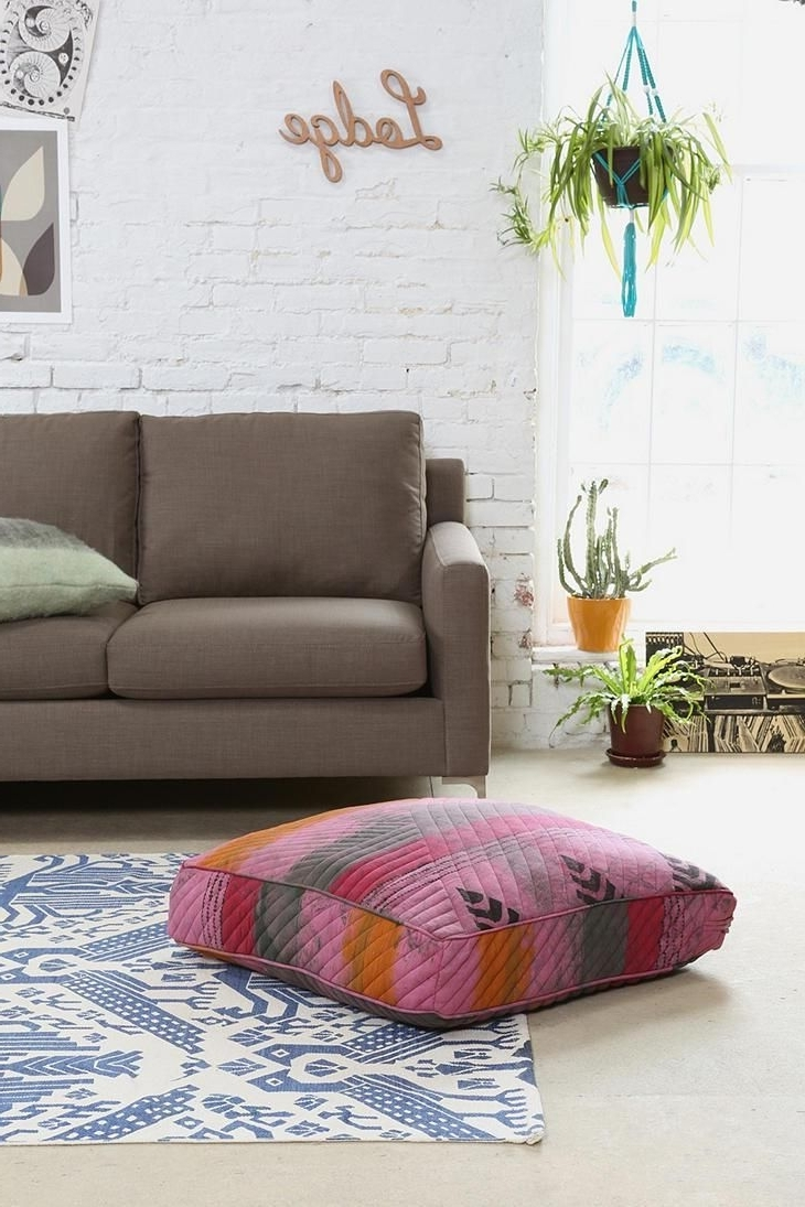 Featured Image of How To Decorate Room With Floor Pillow