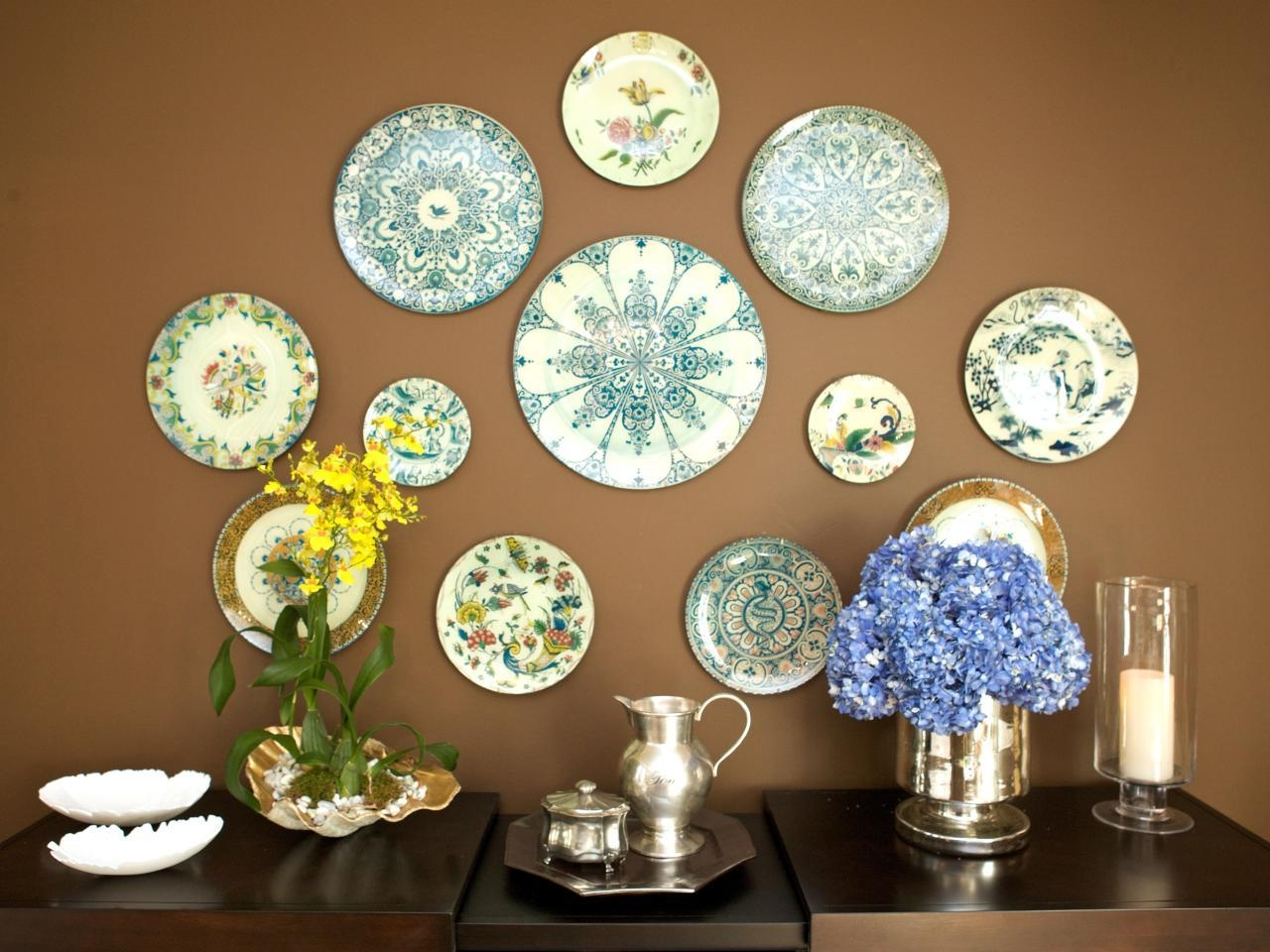 15 Ways To Dress Up Your Dining Room Walls   Hgtv's Decorating Regarding Dining Wall Art (Image 1 of 20)