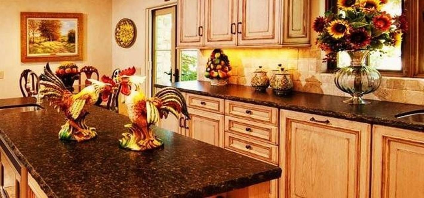 Kitchen Italian Decor With Lanterns And Clock And Ceramic Rooster Regarding Italian Ceramic Wall Clock Decors (View 20 of 20)