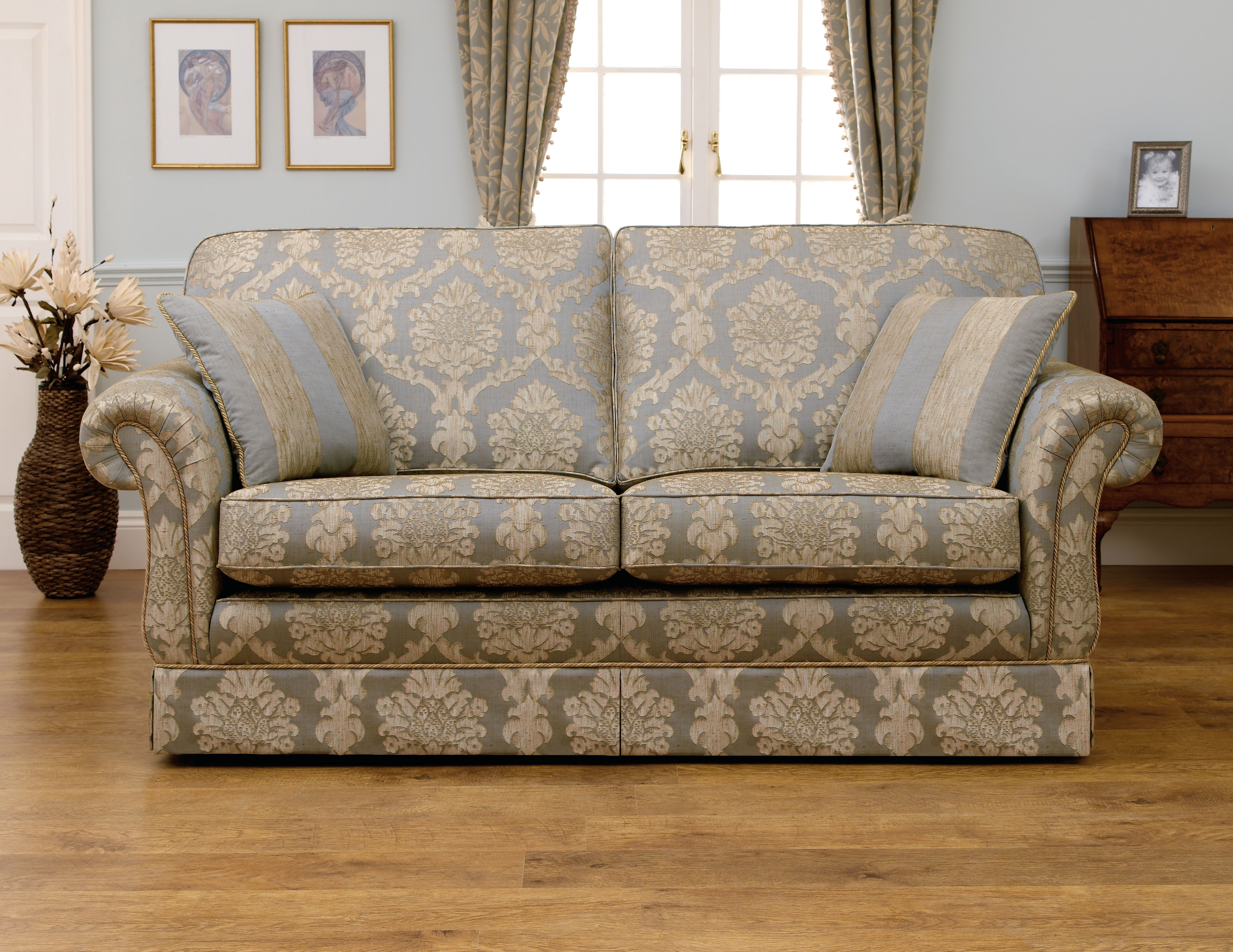 Featured Image of Traditional Sofas