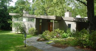 Cool Mid Century Modern Homes with Green Yard